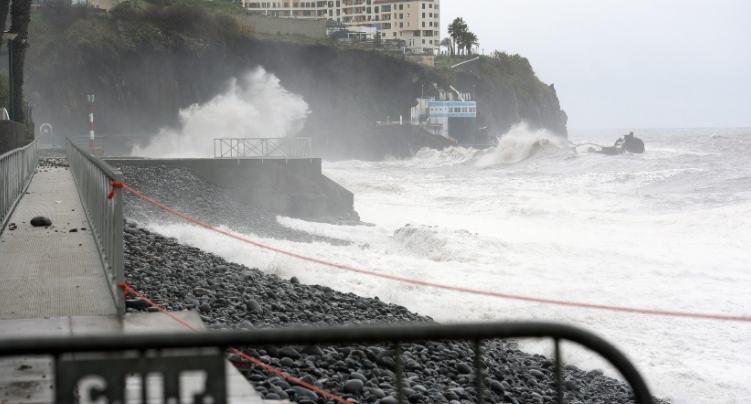 Man swept into sea at Praia Formosa