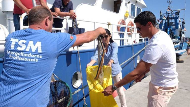 Regional Secretary for the environment presents material to help fight marine litter