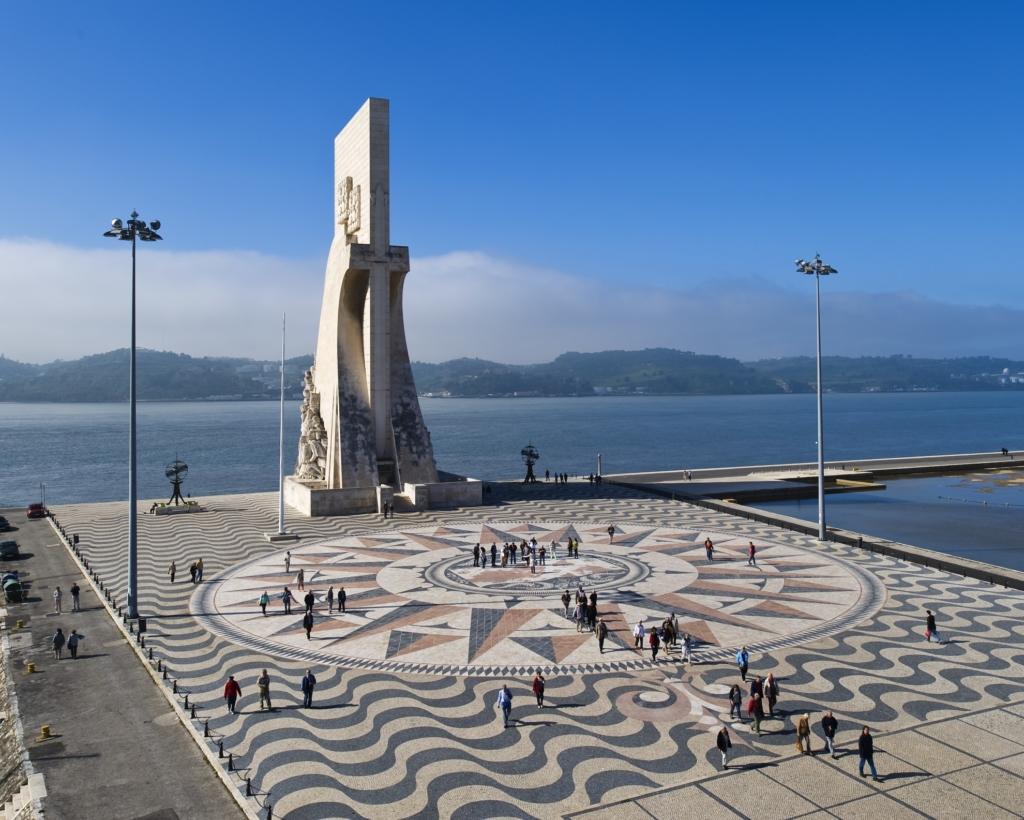 Rosa dos Ventos in front of the Padrão dos Descobrimentos